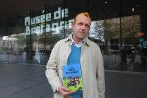 "Tintin avec un exemplaire de ""Tintin akai Kongo"", traduction en lingala"