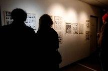"""Des gens regardent l'exposition """"La vie est trop Kurt"""""""