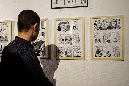 """Un homme regarde l'exposition """"La vie est trop Kurt"""""""