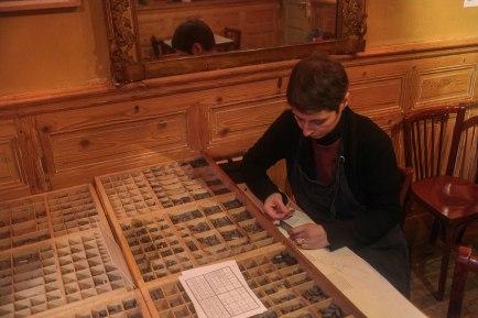 Olga Lupi concentrée en composition typographique