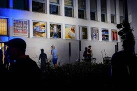 Huit photographies exposées dans les fenêtres du bâtiment des Archives de Rennes